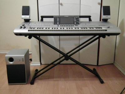 Yamaha Tyros 5 76 Key Arranger Workstation Keyboard w stand speakers